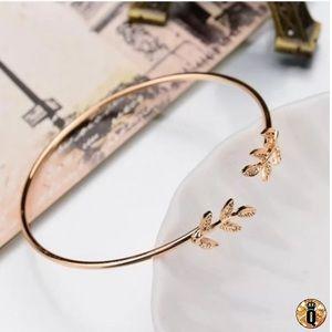 ⚜️[𝟯/$𝟭𝟴]⚜️2 Leaf Gold Simple Delicate Cuff NEW